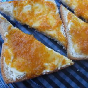 Torrada amb formatge fresc i melmelada